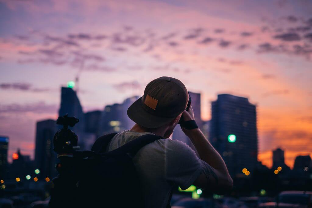 photographer-shooting-city-sunset_4460x4460-1024×683